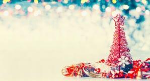 圣诞节与红色树、星和欢乐装饰的横幅背景在蓝色冬天bokeh 免版税库存照片