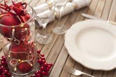圣诞节与红色装饰的餐位餐具 图库摄影