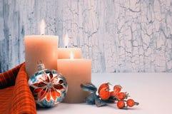 圣诞节与红色装饰,文本空间的出现蜡烛 免版税图库摄影