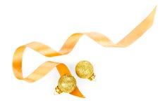 圣诞节与缎丝带的装饰球 免版税图库摄影