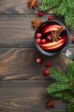 圣诞节与苹果计算机和蔓越桔的被仔细考虑的酒 用冷杉分支、蔓越桔和香料装饰的假日概念 库存照片