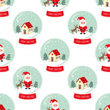 圣诞节与落的雪、逗人喜爱的房子、圣诞老人, Xmas树和鹿无缝的样式的雪地球 库存照片