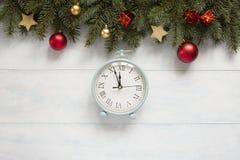 圣诞节与葡萄酒闹钟,球的假日背景 免版税库存图片