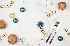 圣诞节与蓝色和金黄装饰的桌设置 免版税库存照片