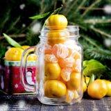 圣诞节与蜜桔木背景假日装饰的新年构成到俄国传统杯柑橘拷贝空间 免版税图库摄影