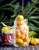 圣诞节与蜜桔木背景假日装饰的新年构成到俄国传统杯柑橘拷贝空间 免版税库存图片