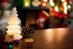 圣诞节与蜡烛光和装饰品的装饰背景 图库摄影