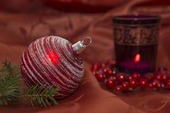 圣诞节与蜡烛的闪烁球 库存图片