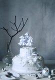 圣诞节与被鞭打的蛋白奶油的冬天蛋糕  免版税库存照片