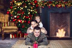 圣诞节与装饰的圣诞树的家庭画象 免版税库存图片