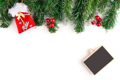 圣诞节与装饰的杉树与一个木板 抽象空白背景圣诞节黑暗的装饰设计模式红色的星形 圣诞节装饰装饰新家庭想法 在w隔绝的圣诞节边界 库存照片