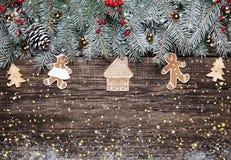 圣诞节与装饰的杉树在黑暗的木背景 免版税库存照片