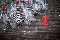 圣诞节与装饰的杉树在黑暗的木背景 免版税图库摄影