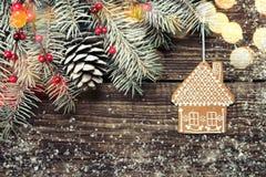 圣诞节与装饰的杉树在黑暗的木背景 免版税库存图片