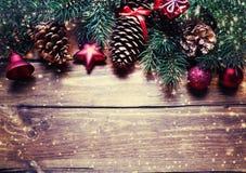 圣诞节与装饰的杉树在黑暗的木板 基督 图库摄影