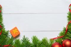 圣诞节与装饰的杉树框架在一个木板 免版税库存照片