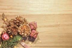 圣诞节与装饰的火树在干净的木板 免版税库存照片