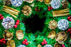 圣诞节与装饰的花圈装饰品和消息或商标的中心拷贝空间细节  背景快活的xmas 库存照片