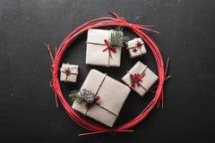 圣诞节与许多礼物的贺卡在一个红色圈子的寒假 库存图片