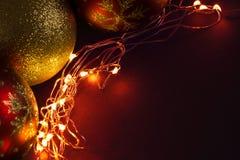 圣诞节与金黄光的球装饰 免版税图库摄影