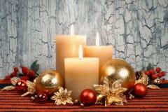 圣诞节与金黄和红色装饰的出现蜡烛 免版税库存照片