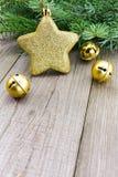 圣诞节与金黄星的门铃 免版税库存照片