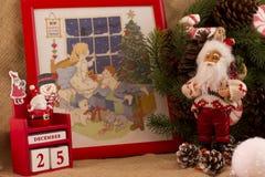 圣诞节与锥体的冷杉花圈和糖果、圣诞老人和cal 免版税库存照片
