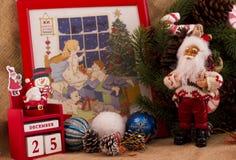 圣诞节与锥体的冷杉花圈和糖果、圣诞老人和cal 库存图片
