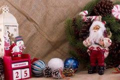 圣诞节与锥体的冷杉花圈和糖果、圣诞老人和cal 免版税图库摄影