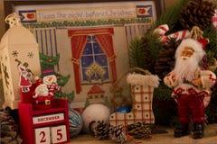 圣诞节与锥体的冷杉花圈和糖果、圣诞老人和cal 库存照片
