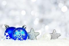 圣诞节与闪烁光的装饰品边界 免版税库存照片