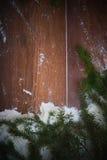 圣诞节与雪和云杉的分支的假日背景 大量复制空间 库存照片