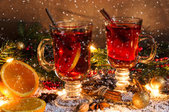圣诞节与雪和装饰的被仔细考虑的酒 免版税图库摄影