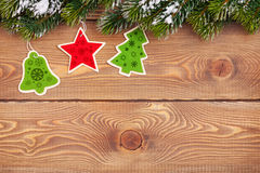 圣诞节与雪的杉树和在土气木的假日装饰 库存照片