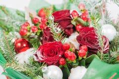 圣诞节与雪的花束和云杉特写镜头与花的 库存照片