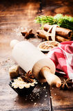 圣诞节与滚针和香料的烘烤设置 库存图片