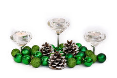 圣诞节与Cadnles绿色球和锥体的新年装饰在白色 免版税库存照片