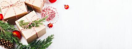 圣诞节与evergreenes和红色圣诞节球的礼物盒汇集 图库摄影