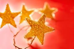 圣诞节丢弃金黄红色星形 免版税库存图片