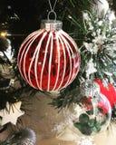 圣诞节中看不中用的物品和其他装饰在一多雪的圣诞节tre 免版税库存图片