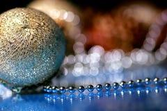 圣诞节中看不中用的物品和小珠 免版税库存图片