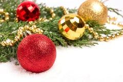 圣诞节中看不中用的物品和常青分支在白色 免版税库存图片