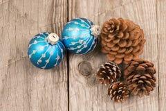 圣诞节中看不中用的物品和杉木锥体顶视图 库存图片