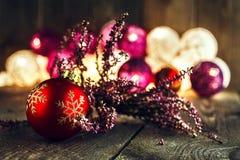 圣诞节中看不中用的物品和桃红色烘干了在土气木板的石南花 库存图片
