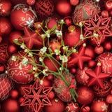 圣诞节中看不中用的物品和槲寄生 免版税库存图片