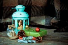 圣诞节中看不中用的物品和美元、灯有一个蜡烛的和圣诞节装饰在一张木桌 免版税库存照片