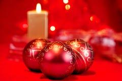 圣诞节中看不中用的物品和蜡烛 库存照片