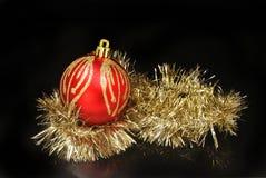 圣诞节中看不中用的物品和闪亮金属片反对黑色 免版税库存图片