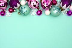 圣诞节中看不中用的物品在绿松石背景的上面边界 免版税库存图片