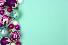 圣诞节中看不中用的物品在绿松石背景的边边界 库存照片